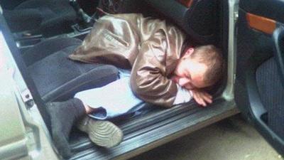 Tenta di rubare un'auto ma si addormenta perché troppo ubriaco