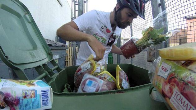 Gira l'Europa in bici mangiando cibo avanzato (3)
