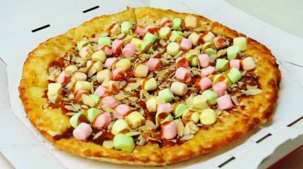 In Giappone inventano la pizza con caramello e marshmallow (1)