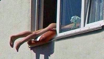 Prende il sole nuda fuori dalla finestra
