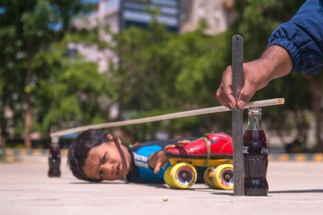 Bimbo di 6 anni limbo-skating sotto a 39 macchine in fila (1)
