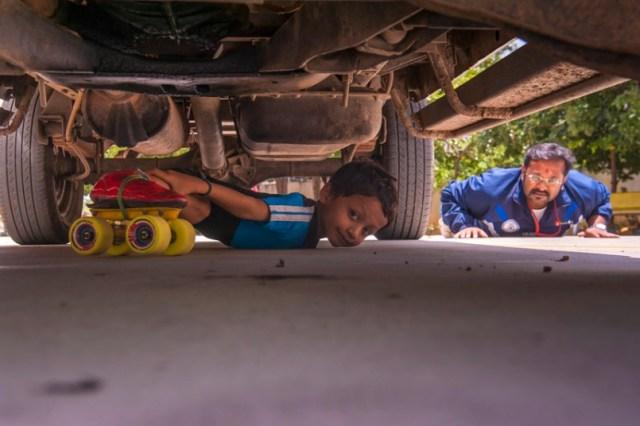 Bimbo di 6 anni limbo-skating sotto a 39 macchine in fila (3)