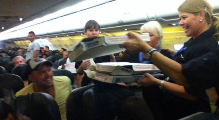 Comandante offre pizza ai passeggeri