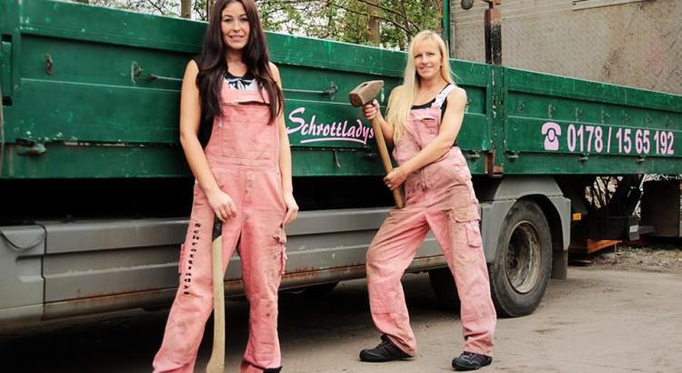 Rottami metallici - donne vestite in rosa (2)