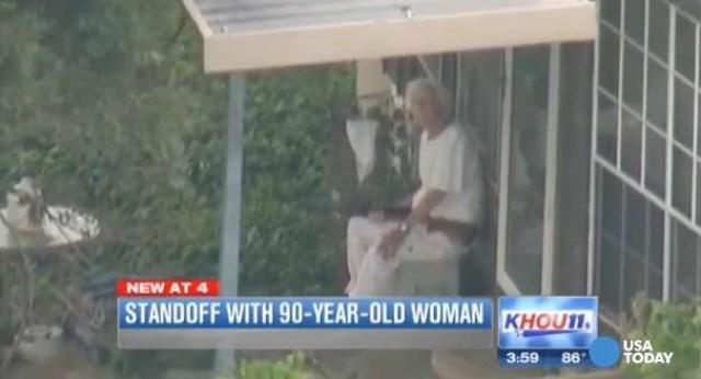 90enne tiene in ostaggio operai