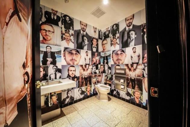 Il bagno dei sogni delle donne tappezzato di foto di Ryan Gosling (3)