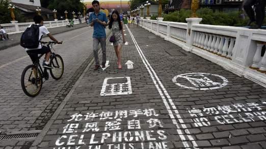 Corsia marciapiede riservata a chi usa gli smartphone (2)