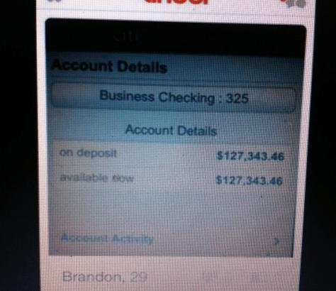 Mette il suo conto in banca come foto profilo su Tinder