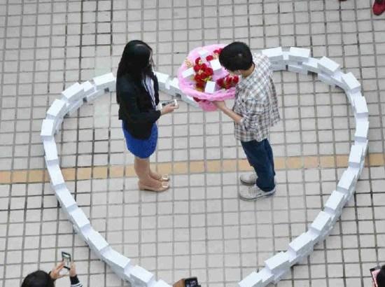 Chiede alla fidanzata di sposarlo con 99 iPhone