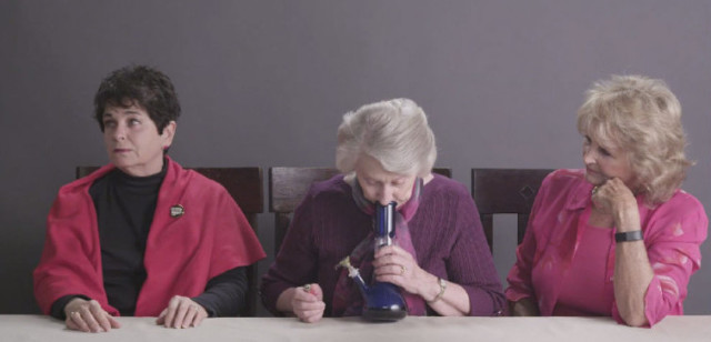 Tre nonne provano a fumare marijuana per la prima volta (VIDEO)