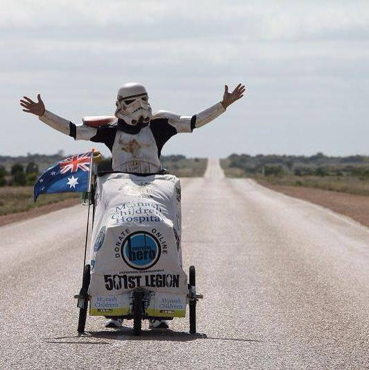 Scott Loxley attraversa l'Australia vestito da Stormtrooper