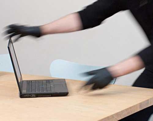 Ladro pentito arrestato mentre restituisce il PC rubato