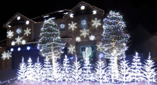 """Luci natalizie che si accendono a ritmo di """"Let it go"""" di Frozen"""