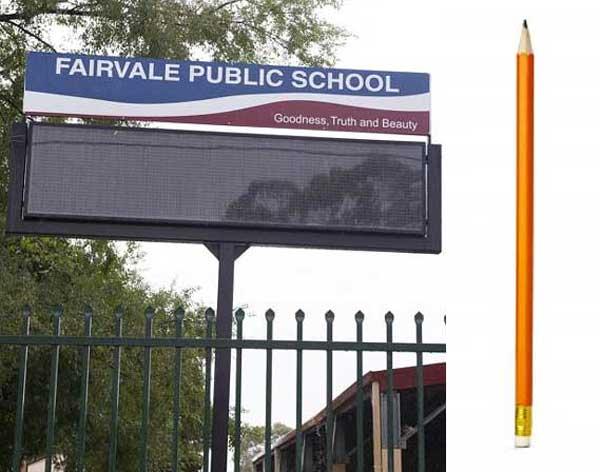 Bambino di sei anni si siede per sbaglio su una matita
