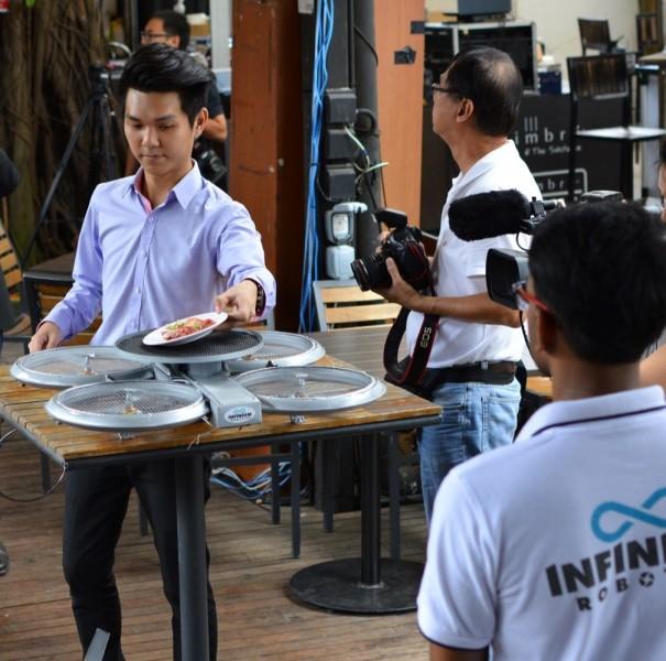 Droni al posto dei camerieri in un ristorante di Singapore (1)