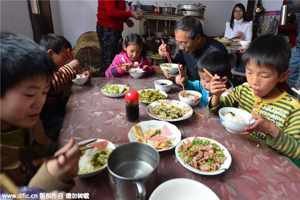 Chen e Guo, la coppia cinese che ha adottato più di 40 orfani disabili (1)