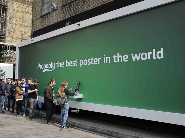 Il cartellone pubblicitario della Carlsberg che eroga birra gratuita (1)