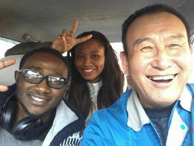 Teng, il simpatico tassista che si fa i selfie con i passeggeri (2)