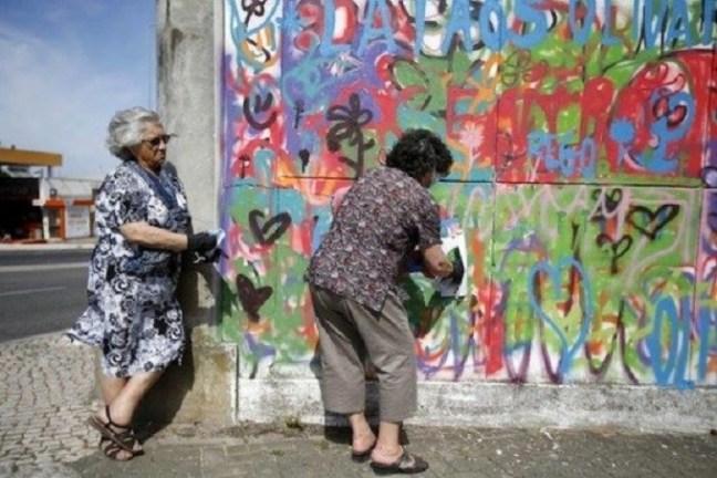 anziane donne street art graffiti lisbona