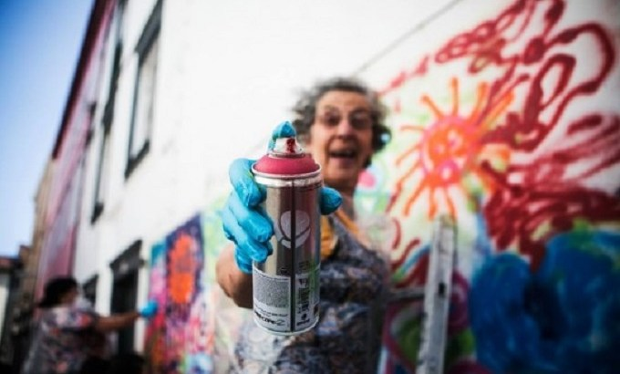 donna anziana street art graffiti