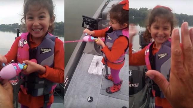 Bimba pesca un branzino con la canna da pesca di Barbie