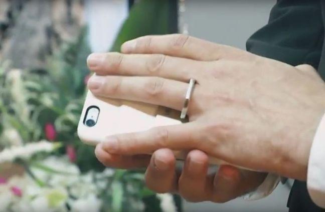 Va fino a Las Vegas per poter sposare il suo smartphone