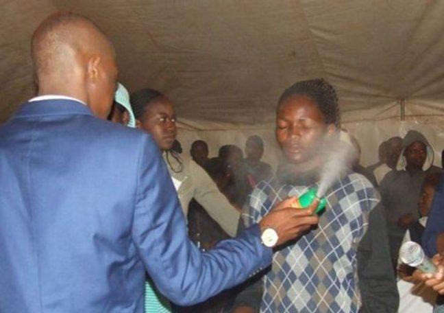 Pastore sudafricano cura persone con il repellente per insetti