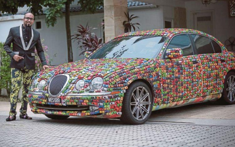 Ricopre la sua Jaguar S-Type con 4600 macchinine Hot Wheels