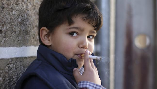 bambini-fumano-sigarette