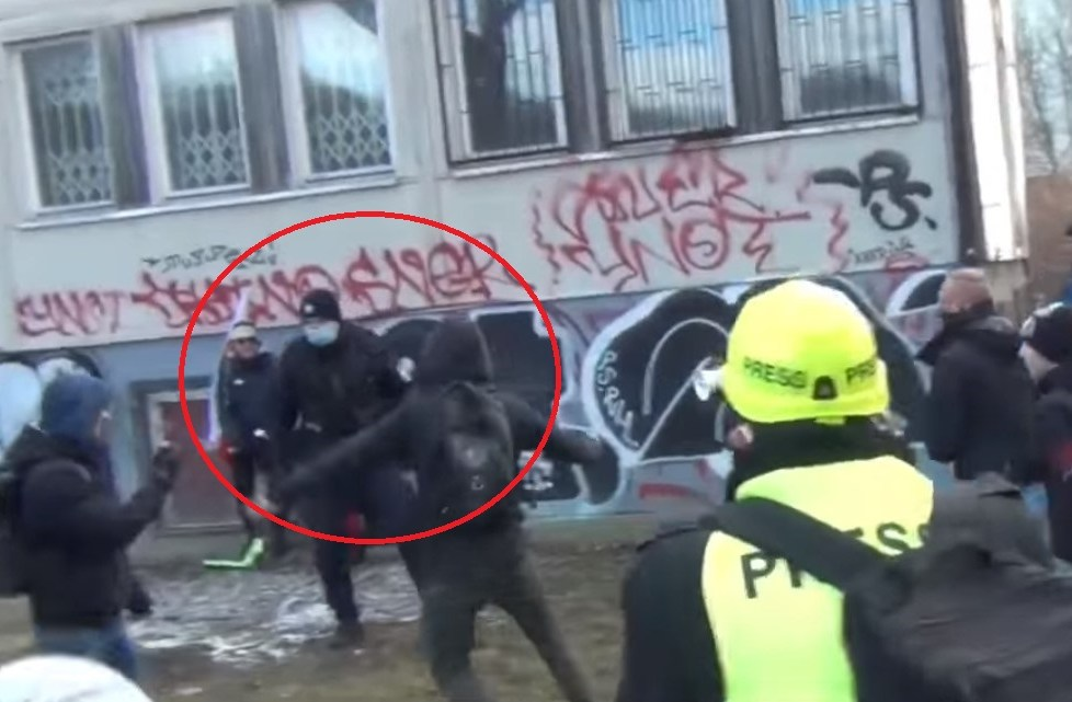 naštvaní občané policisty