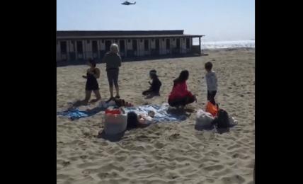 vrtulník pláž děti