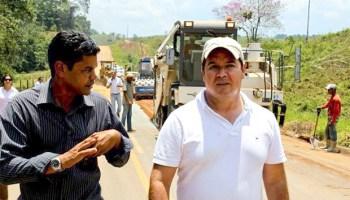 Pelo quinto fim de semana seguido, Sebastião Viana vistoria obras da BR-364, entre Cruzeiro e Rio Branco