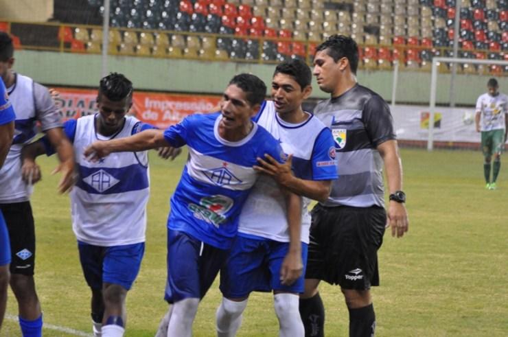 O atacante Eduardo marca o primeiro gol da vitória celeste sobre o Alto Acre por 3 a 0. Foto: Manoel Façanha.