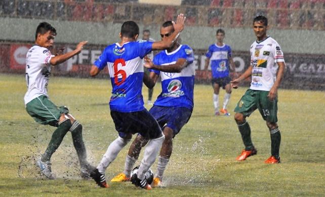 Na etapa complementar de jogo, as duas equipes tiveram que enfrentar um gramado pesado. Foto: Manoel Façanha