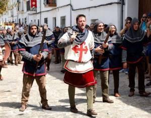 Mit den Spanisch-Sprachschülern beim Kulturausflug, hier beim Fest Mauren gegen die Christen, Christen beim Wortgefecht.