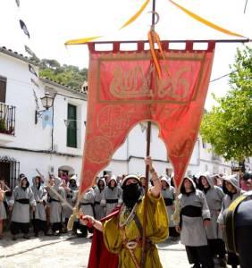 Mit den Spanisch-Sprachschülern beim Kulturausflug, hier beim Fest Mauren gegen die Christen, Maure mit Standarte.