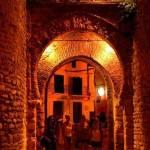 Ausflug nach Ronda mit den Spanischsprachschülern am Tor Almocábar bei Nacht.