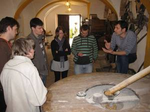 Cultural visit to a traditional grain mill with explanations how it works by the owner for the Spanish language students