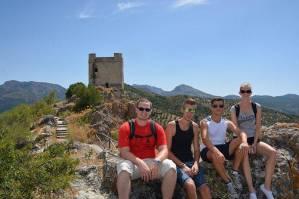 Mit den Spanisch-Sprachschülern beim Kulturausflug der Weißen Bergdörfer, vor der Burg von Zahara de la Sierra.