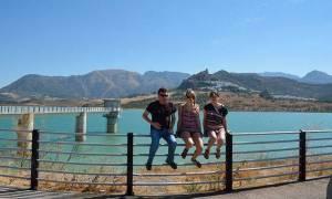 Mit den Spanisch-Sprachschülern beim Kulturausflug der Weißen Bergdörfer, hier am See von Zahara.