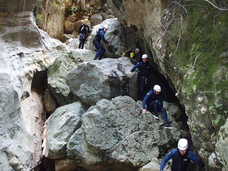 Mit den Spanisch-Sprachschülern beim canyoning in der Garganta Verde in Zahara de la Sierra im Parque Natural Sierra de Grazalema, beim Steine herabklettern.