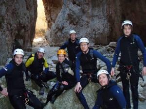 Mit den Spanisch-Sprachschülern beim canyoning in der Garganta Verde in Zahara de la Sierra im Parque Natural Sierra de Grazalema, vor dem ersten abseilen.