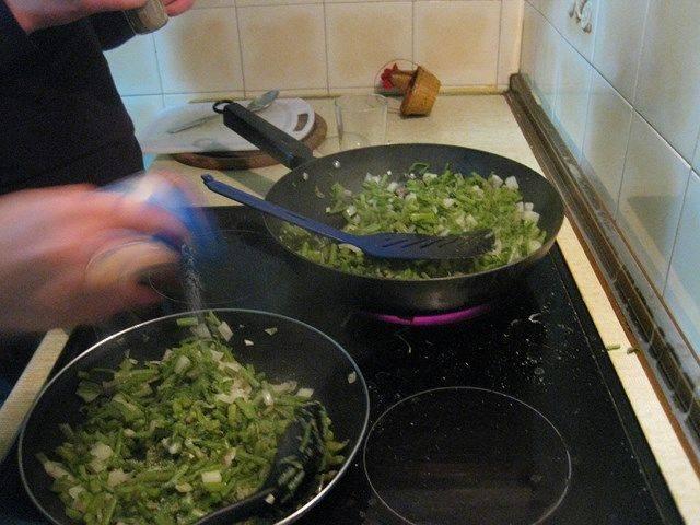 Se echa sal y pimienta para sazonar las tagarninas antes de echar el huevo