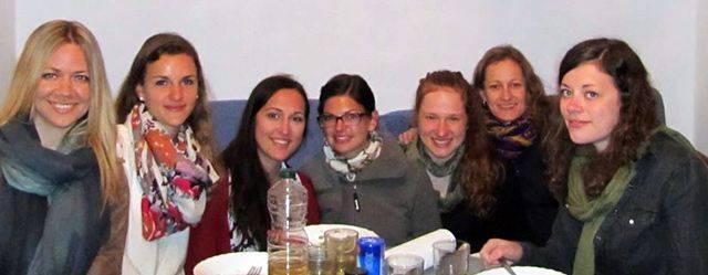 alumnas del curso de español en una sesión de cocina española