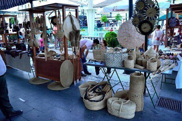 Puesto de cestas de esparto en el mercado artesanal en la fiesta benéfica del 10º aniversario de Academia Pradoventura