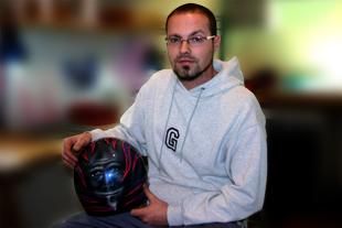David con su casco de moto en los cursos de aerografía c10