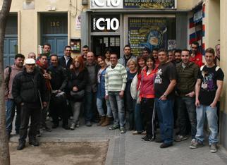 Los chicos de los cursos de aerografia posan con Carlos Diez frente a Academia C10