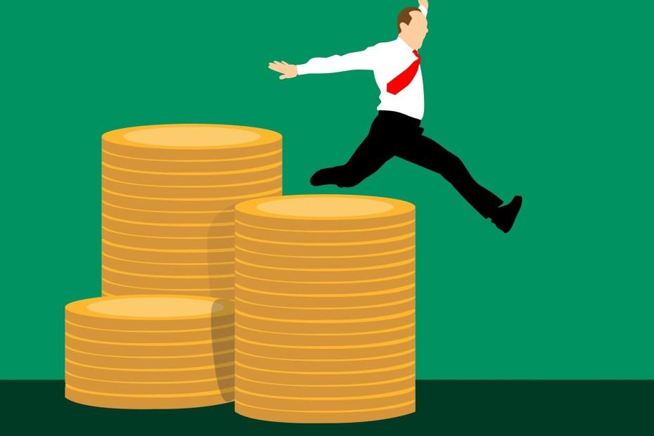 Persona saltando sobre dinero