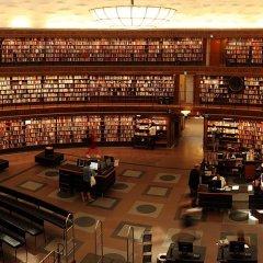 Muestra la biblioteca de una universidad que describe los conocimientos que se imparten en todas las áreas y que con la calidad de la docencia permiten clasificar las universidades, aunque ésto tenga su riesgo