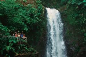Travelers in Costa Rica enjoying the beatiful waterfalls